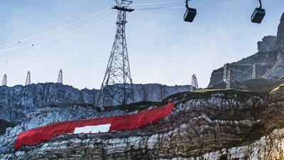 Die Höhenarbeiterrollen die Schweizer Fahne voraussichtlich am Freitagmorgen aus. (Bild: Michel Canonica (Schwägalp/1.August 2019))