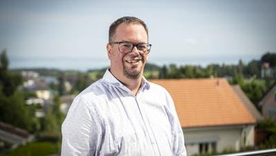 Geniesst von seinem Balkon aus einen Blick auf Wittenbach und den Bodensee: Thomas Meister kandidiert im Herbstfürs Schulpräsidium. (Ralph Ribi (29. Juli 2020))