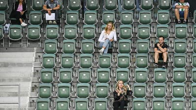 Derzeit müssen die Zuschauer viel Abstand halten, wie hier auf der Tribüne des FC St. Gallen. (Gian Ehrenzeller / KEYSTONE)