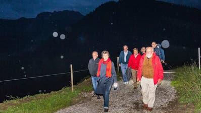 Der Bundesrat wanderte am Donnerstagabend durch den Naturpark Gantrisch. (Twitter/André Simonazzi)