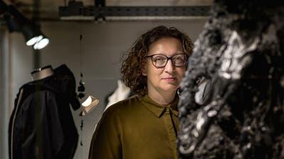 Nadia Veronese im Schaufenster der Boutique Roma neben einer Skulptur der Bündner Künstlerin Sara Masüger. (Michel Canonica)