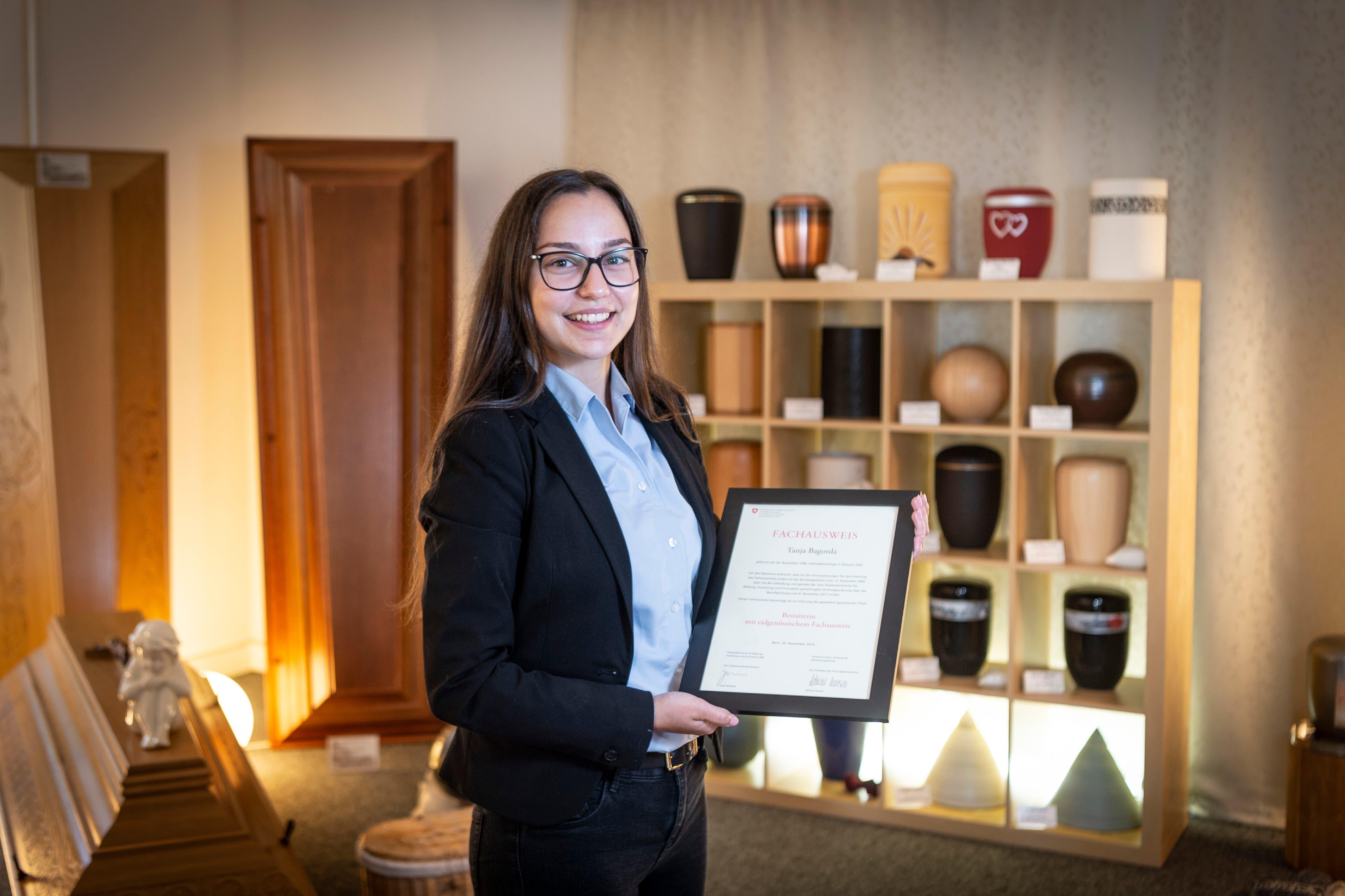 Zuerst war sie Hotelfachfrau, nun Bestatterin. Tanja Bagorda ist stolz auf ihren neuen Beruf.