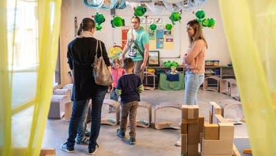 Am «Tag der offenen Türe» schauen Anwohner des Kindergartens Hemmerswil wie auch Eltern der Kindergärtler vorbei, um sich ein Bild zu machen. (Bild: Andrea Stalder (Amriswil, 29. Juni 2020))