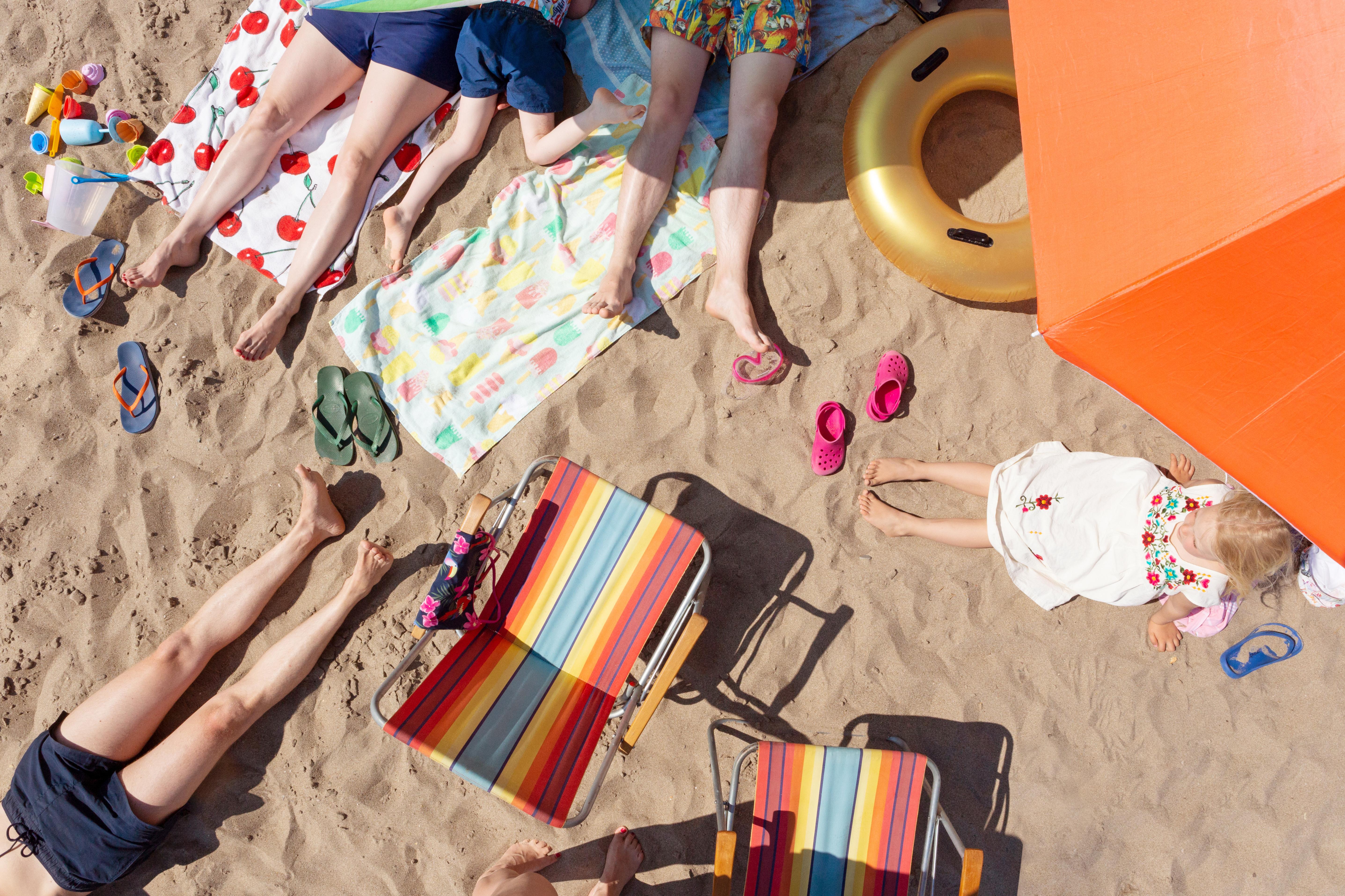 Mehr Schweizerinnen und Schweizer als noch vor einigen Wochen wollen ihre Sommerferien im Ausland verbringen – viele zieht es nach Griechenland, Zypern oder auf die Kanaren. (Bild: Lubitz + Dorner / www.plainpicture.com)