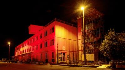 Der Lattich-Bau im alten Güterbahnhof rot angestrahlt an der «Night of Light». Hier findet am Samstag die erste St.Galler «Black-Lives-Matter»-Party statt. (Bild: Nik Roth (22.6.2020))