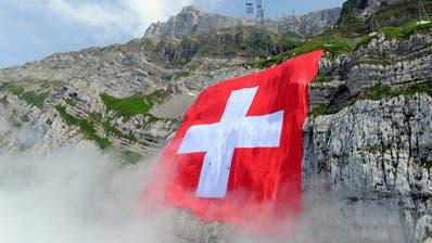 Auch dieses Jahr wird am 31. Juli die grösste Schweizer Fahne an der Südwand des Säntis aufgehängt. (Bild: Urs Bucher (31. Juli 2009))