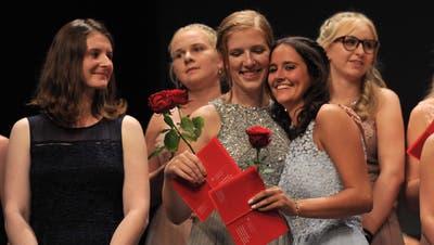 In den vergangenen Jahren feierten die Absolventinnen und Absolventen der Berufsschule - wiehier die Kauffrauen mit E-Profil im Theater Uri. (Bild: Urs Hanhart (Altdorf, 4. Juli 2020))