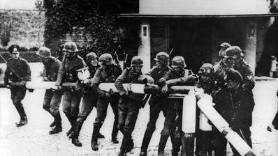 Wehrmachtssoldaten reissen den Schlagbaum an der polnischen Grenze ein: Am 1. September 1939 überfiel Deutschland Polen. (Keystone)