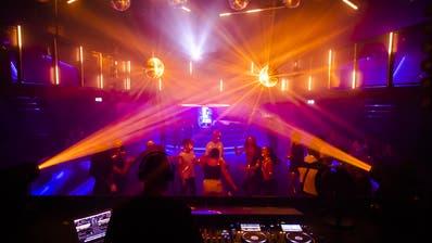 Jugendliche feiern in einem Nachtclub. (Bild: Keystone/Jean-Christophe Bott)