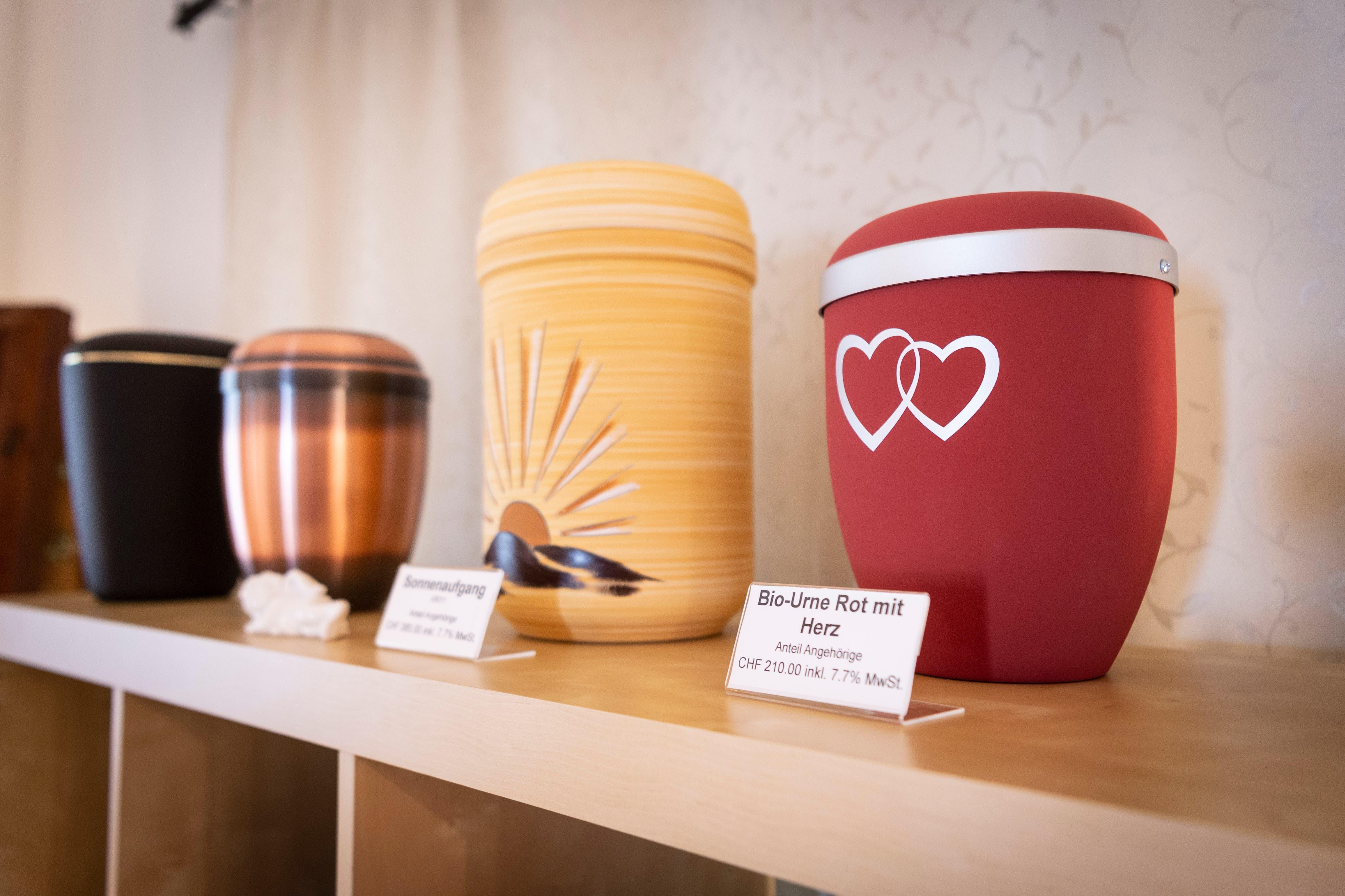 Holz, Keramik oder Stein: Bei Keller Bestattungen gibt es über 70 verschiedene Urnen.