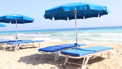 Mehr Abstand zwischen Liegestühlen: Einige Coronamassnahmen dürften bei den Feriengästen vermutlich gut ankommen. Im Bild ist der Strand in Ayia Napa in Zypern zu sehen. (Lydia Lippuner / Aargauer Zeitung)