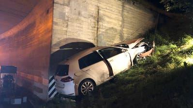 Die Feuerwehr musste das Auto der verunfallten Lenkerin gegen das Abrutschen sichern. (Bild: Kapo SG)