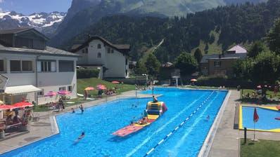 Sommerbetrieb im Aussenbecken des Engelberger Schwimmbades. (Bild: PD (27. Juli 2018))