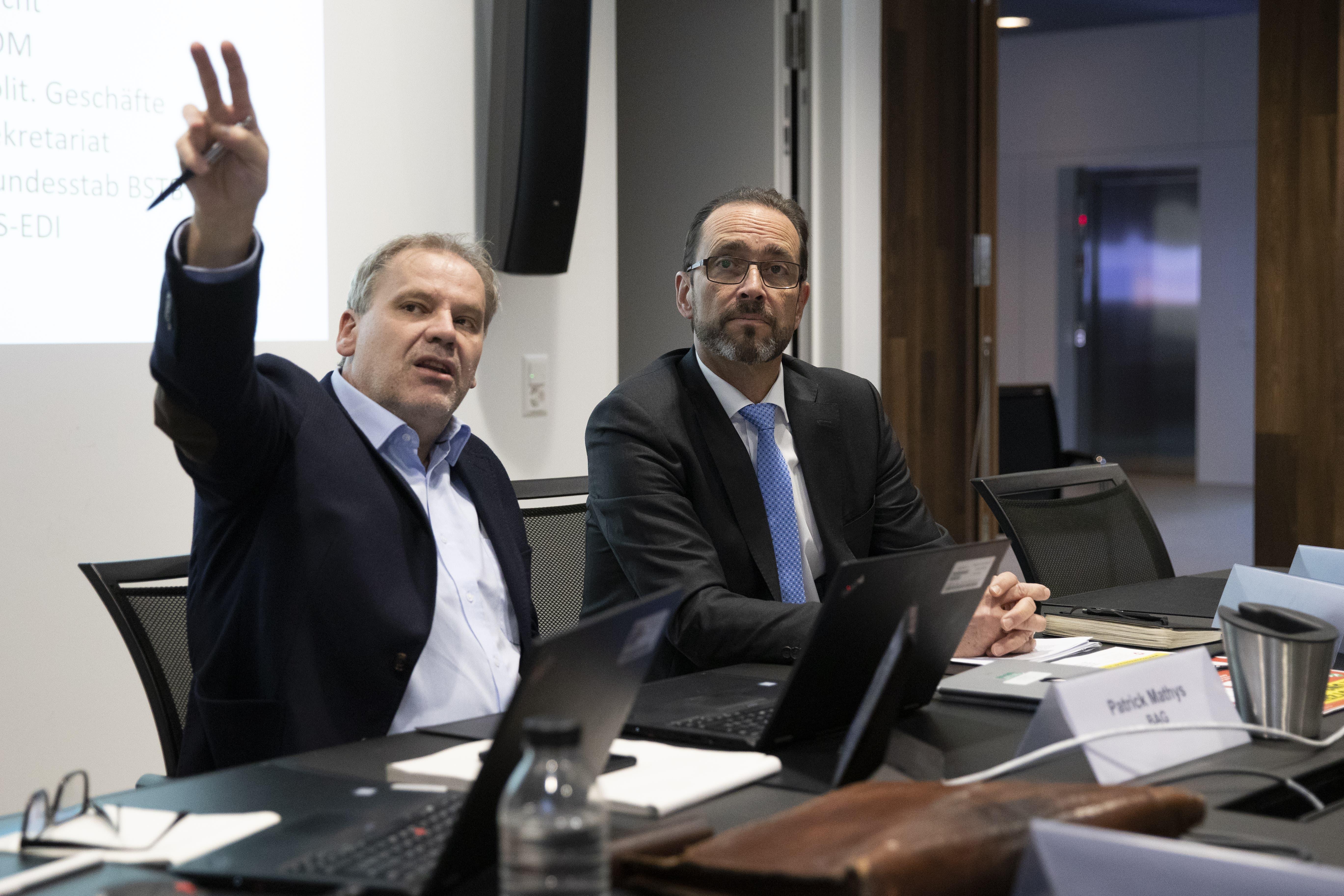 Pascal Strupler, Direktor des BAG (rechts) mit Patrick Mathys an einer Vorbesprechung zu einer Corona-Taskforce-Sitzung. (Archivbild: Keystone)