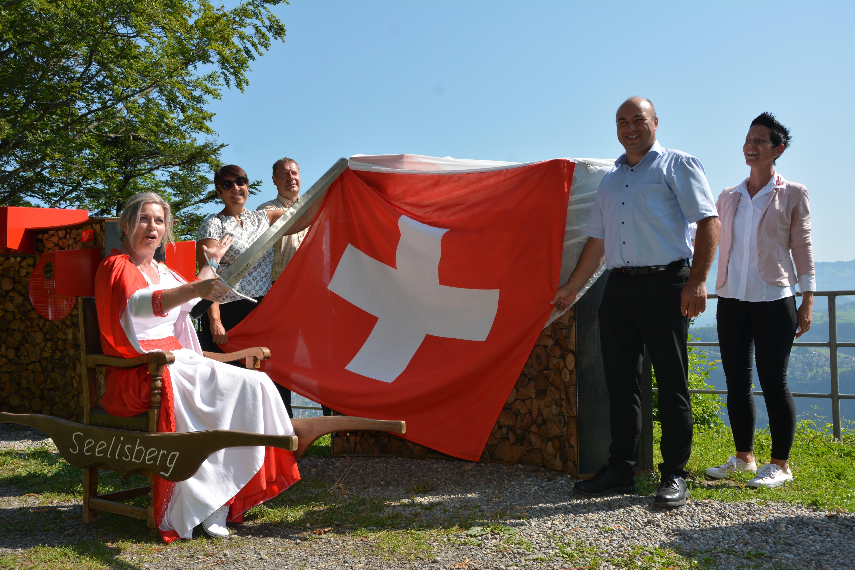 Die Regierungsräte Daniel Furrer (Uri) und Othmar Filliger (Nidwalden) sowie Landammann Petra Teimen-Rickenbacher (Schwyz) und Gemeindepräsidentin Judith Durrer (Seelisberg) eröffnen die Geschichtsreise Seelisberg-Rütli.