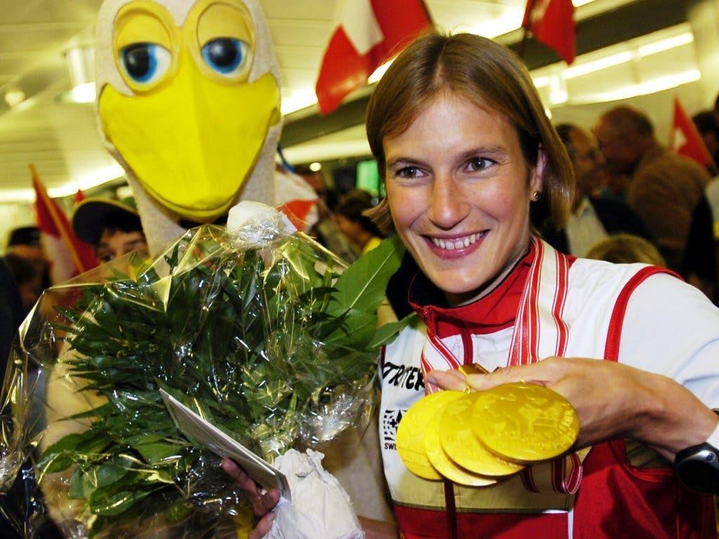 4mal Gold gab es für Simone Niggli-Luder nicht nur bei den WM 2003 in Rapperswil, sondern auch 2005 in Japan. Vor der Fangemeinde beim Empfang am Flughafen zeigt die Bernerin ihre Medaille.