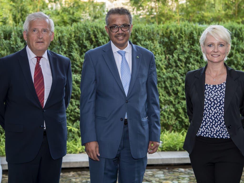 Hans Stöckli (l.) und Isabelle Moret (r.) bei einem Treffen mit WHO-Generaldirektor Tedros Adhanom Ghebreyesus.