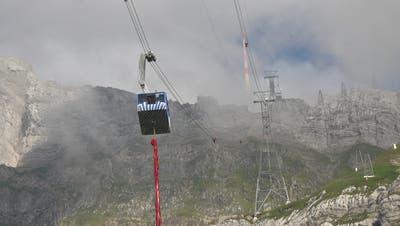 Die 700 Kilogramm schwere Fahne als Wurst unter der Säntisbahn. (Bild: Michel Canonica (Schwägalp/1.August 2019))