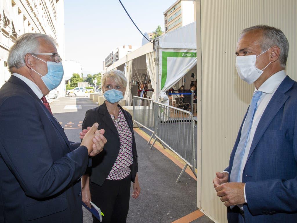 Bertrand Levrat, Direktor des Genfer Unispitals, zeigt Isabelle Moret und Hans Stöckli das Covid-19-Empfangszelt auf dem Klinikgelände.