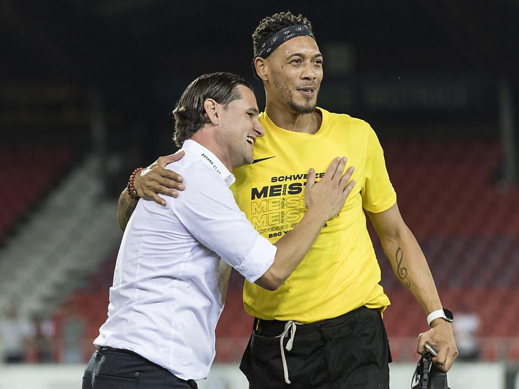 Meistertrainer Gerardo Seoane herzt den verletzten Guillaume Hoarau