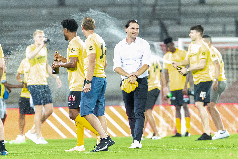 Ist zum zweiten Mal in Folge der Meistertrainer: Gerardo Seoane (Mitte).