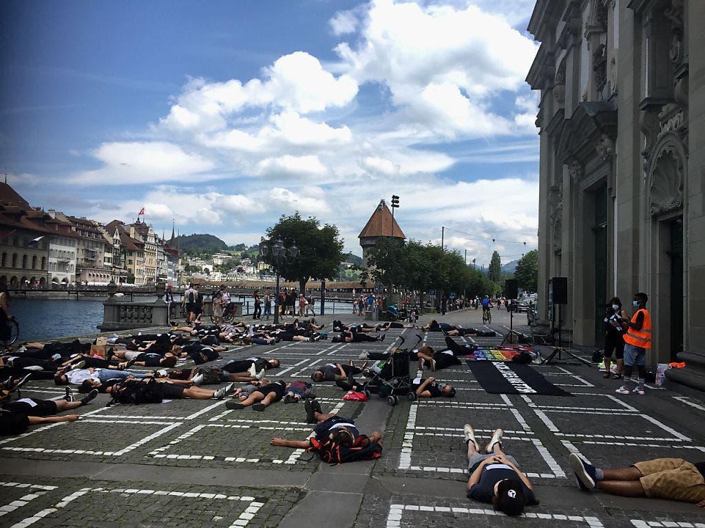 Auch in Luzern legten sich rund 50 Menschen während 8 Minuten und 46 Sekunden auf den Boden.