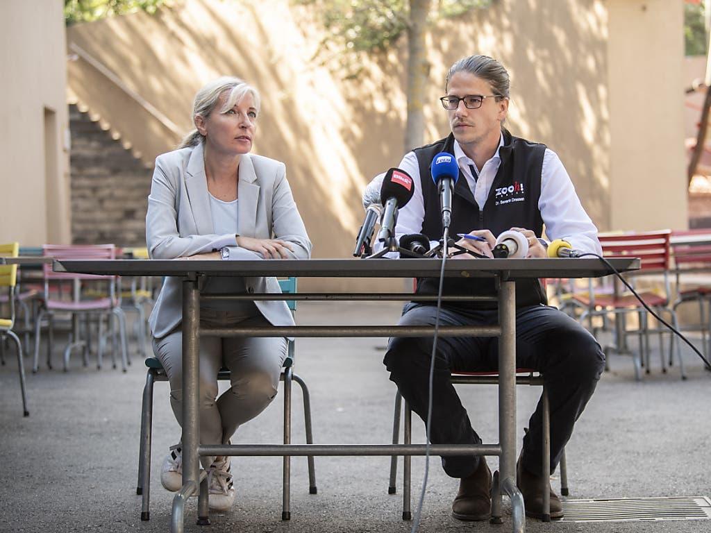 Zoo-Direktor Severin Dressen und Judith Hödl, Mediensprecherin der Stadtpolizei Zürich, am Samstag an der Medienkonferenz im Zoo Zürich zum Unfall im Tigergehege, wo eine Tierpflegerin von einem weiblichen Tiger angegriffen und tödlich verletzt wurde.