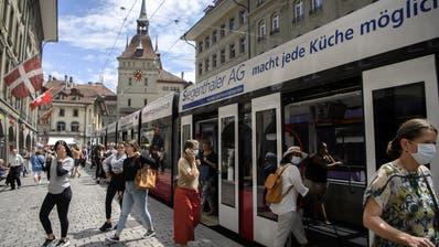 In der Schweiz sollen minderwertige Schutzmasken in Umlauf sein. Die Probleme seien Mitte März aufgetaucht. Ob das Problem noch bestehe, wisse man nicht, so die Covid19-Taskforce des Bundes. (Themenbild, Bern) (KEY)