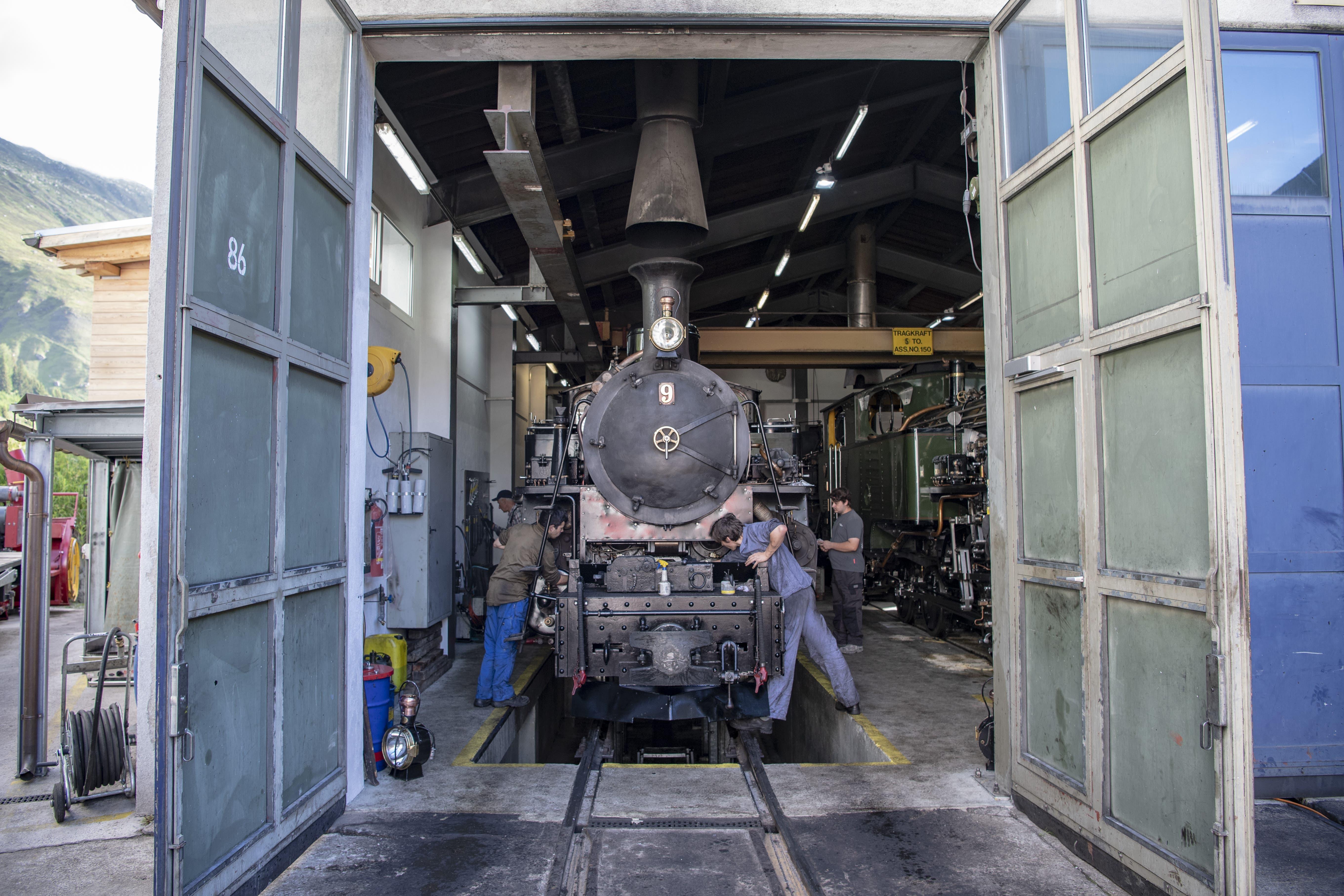 Ein Dampfzug der Furka Bergstrecke wird zur Saisoneröffnung im Bahnhof von Realp bereit gemacht.