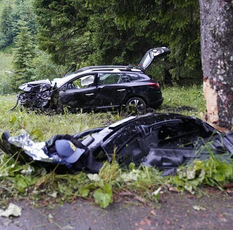 Das demolierte Fahrzeug war in einen Baum (rechts) gefahren.