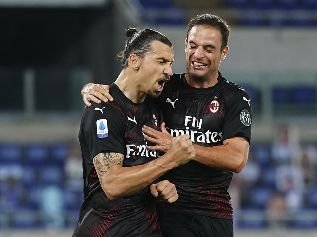 Zlatan Ibrahimovic (links) feiert mit Giacomo Bonaventura nach dem Penaltytor zum 2:0