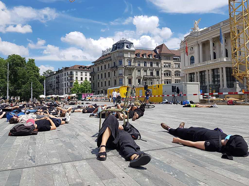 Mit einer Schweige-Aktion auf dem Sechseläutenplatz demonstrierten rund 150 Personen gegen Rassismus. Sie trugen alle eine Gesichtsmaske.