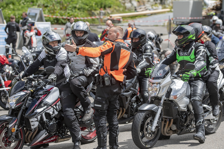 Polizisten und Motorradfahrer an der Motorrad Praeventionsaktion «Gipfeltreffen Sustenpass» bei Steingletsch am Sustenpass.