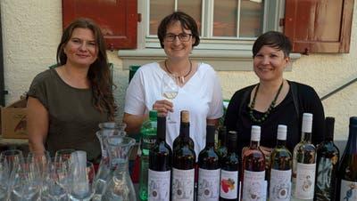 Kornelija Selesi, Nina Wägeli und Rahel Stäheli servieren den Passanten eine grosse Auswahl ihrer Weine. (Bild: Andreas Taverner (Frauenfeld, 4. Juli 2020))