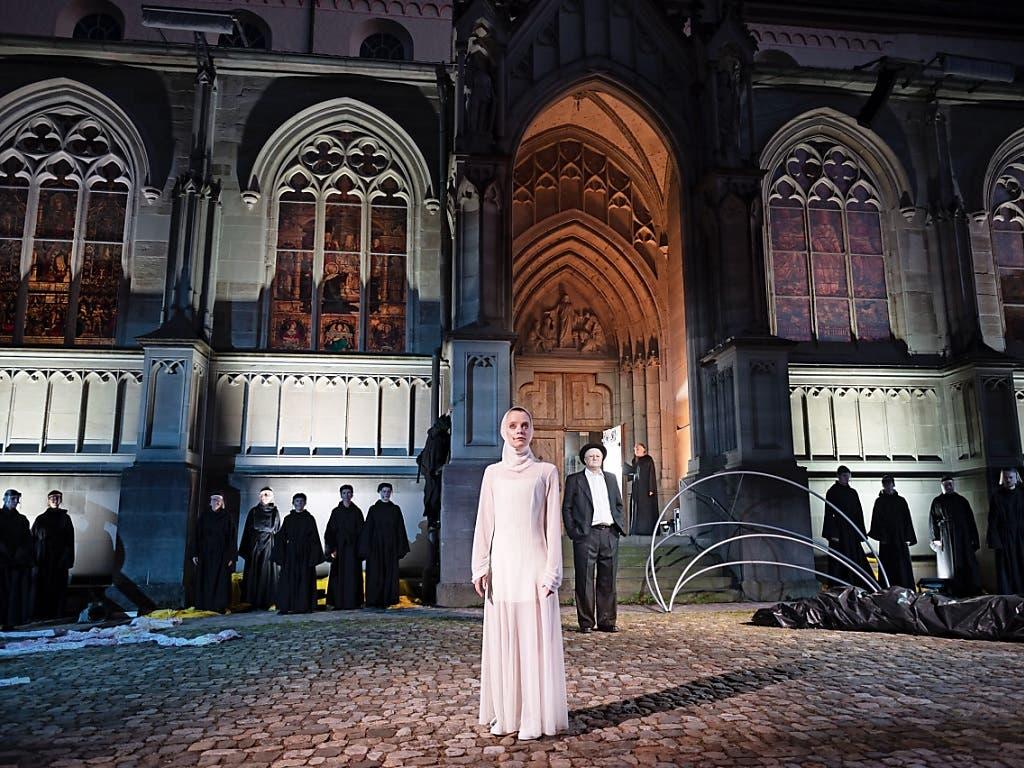 Hermanns Geist im Stück «Hermann der Krumme oder die Erde ist rund» auf dem Münsterplatz in Konstanz wird von einer kleinen schmalen, ganz in Weiss gekleideten Frau (Sarah Siri Lee König) verkörpert.