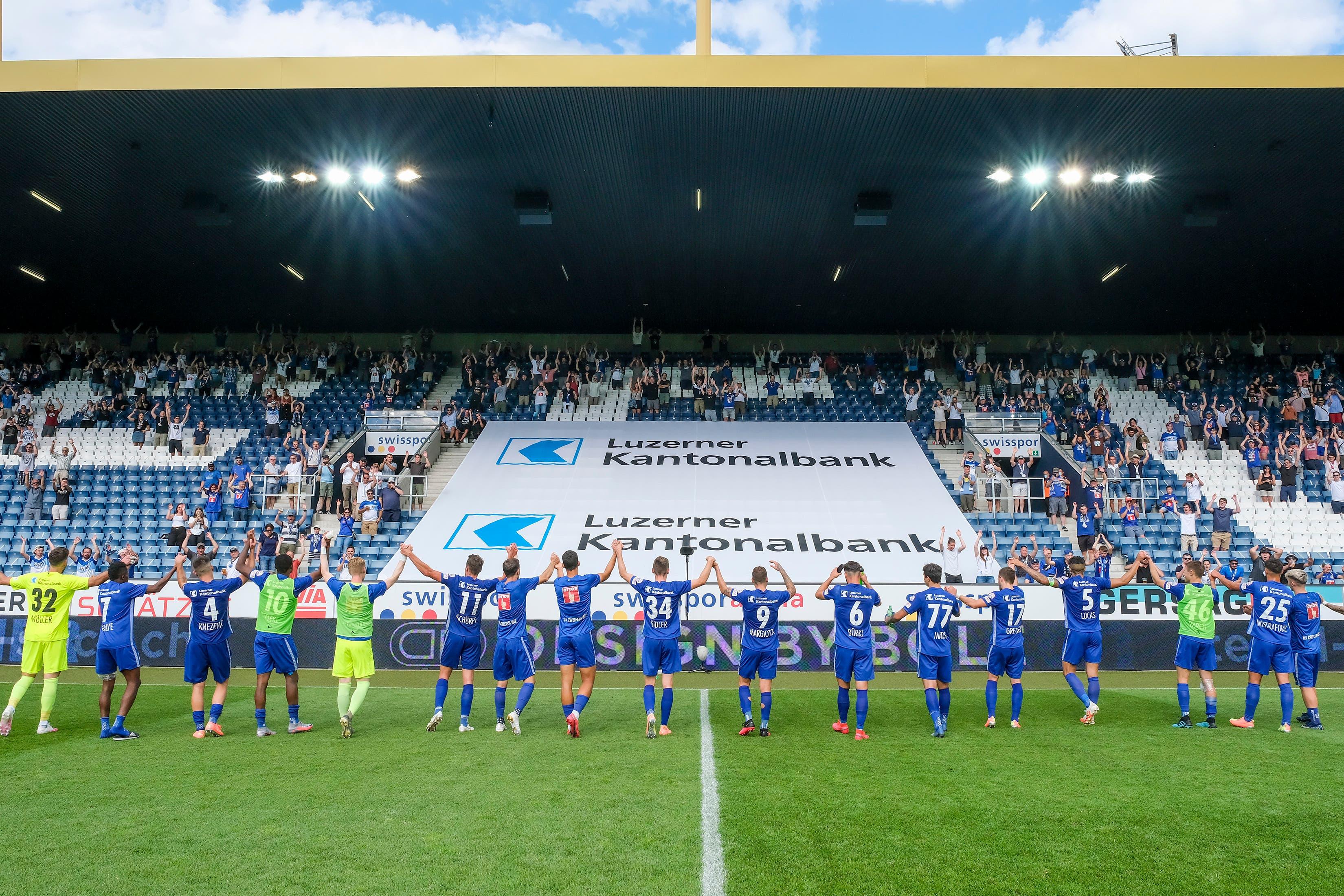 Nach dem Match lassen sich die Spieler von ihren Fans auf der Gegentribüne feiern.
