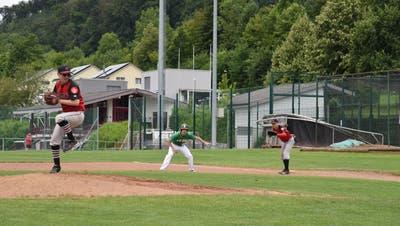 Hünenbergs Pitcher Michael Bini(links) ist dabeim den Ball in Richtung Home Plate zu werfen. WährenddessendbewachtShaen Bernhardt (rechts) die erste Base. (Bild: Lukas Fabel)