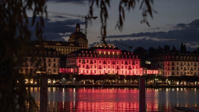 Das Hotel Schweizerhof in Luzern wird zur Foerderung der Kutur fuer die Aktion Night of Light rot beleuchtet, am Montag, 22. Juni 2020. (KEYSTONE/Urs Flueeler). (Urs Flueeler / KEYSTONE)