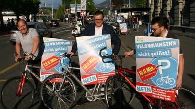 Opposition à la SVP Stadt Luzern: Präsident Dieter Haller mitPirmin Müller und Thomas Schärli (von links) bei einer Aktion für ihr damaliges Referendum gegen das Veloparking an der Bahnhofstrasse. (Bild: Roman Hodel (Luzern, 25. April 2019))