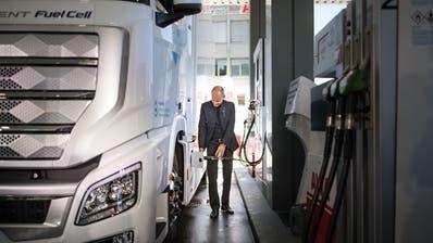 Solarflug-Pionier Bertrand Piccard betankt einen dieser lautlosen Wasserstoff-Lastwagen in der neuen Avia-Wasserstoff-Tankstelle in St.Gallen. (Bild: Benjamin Manser)