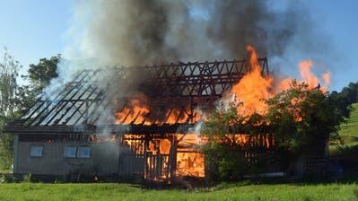 Die Scheune brannte bis auf die Grundmauern nieder. (Bild: Ernst Zimmerli)
