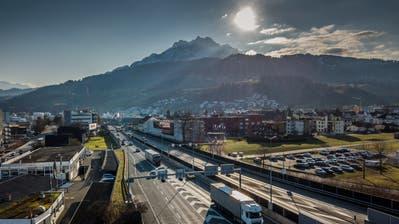 Die A2 in Kriens. Geht es nach der Standortgemeinde, soll sie mit dem Bypass-Bau überdacht werden. (Bild: Pius Amrein (20. Januar 2020))