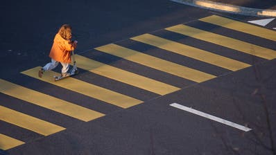 Das Kind, alleine unterwegs auf dem Fussgängerstreifen. Tönt simpel. Ist monumental. (Bild: Hannes Thalmann)