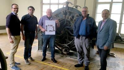 Rolf Berger und Heinz Berger (neue Eigentümer der Liegenschaft), Hans-Ulrich Sturzenegger (Schenker), Heinz Freuler (Präsident Verein Mühlbach Grabs) und Niklaus Lippuner (Gemeindepräsident Grabs) trafen sich für die Übergabe. (Bild: PD)