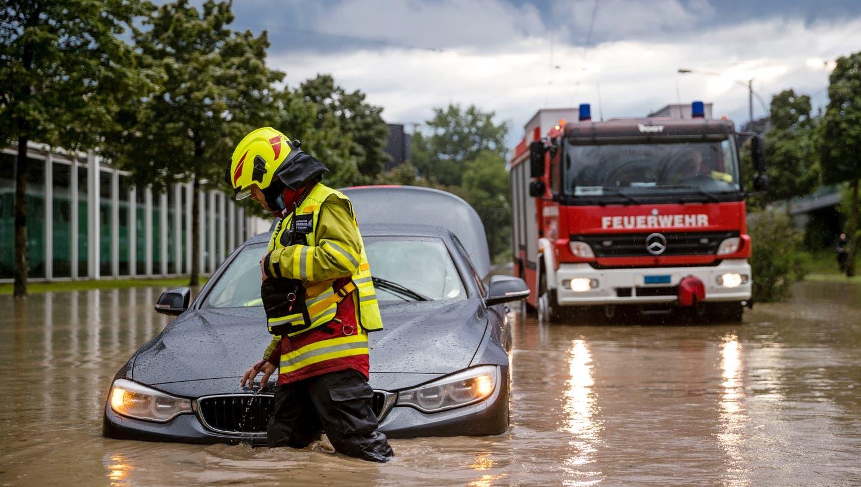 Nach einem starken Unwetter blieben beim Verkehrshaus die Autos stecken. (Bild: Philipp Schmidli (Luzern, 2. Juli 2020))