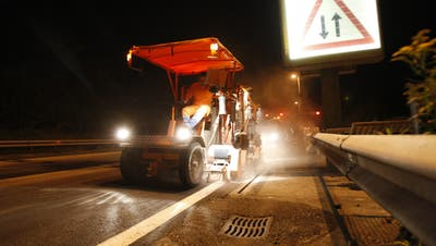In der Nacht vom 24. August auf den 25. August 2007 wurden auf der A2 Belagsarbeiten durchgeführt. Im Bild wird eine Randlinie entfernt.Bild Philipp Schmidli (Philipp Schmidli / Neue Luzerner Zeitung)