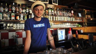 Der Wiler Sandro Häfeli steht seit einem Jahr hinter der Bar des Sirnacher «Remy». (Bild: Olaf Kühne)