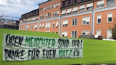Das Banner wurde zu Beginn der ersten Coronawellebeim Kantonsspital St. Gallen aufgehängt. (Bild: Remo Künzler)