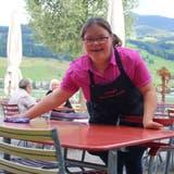 Barbara Burri (links) mitLynn Limacher im Restaurant Seefeld. (Bilder: Marion Wannemacher(Sarnen, 6. Juli 2020))