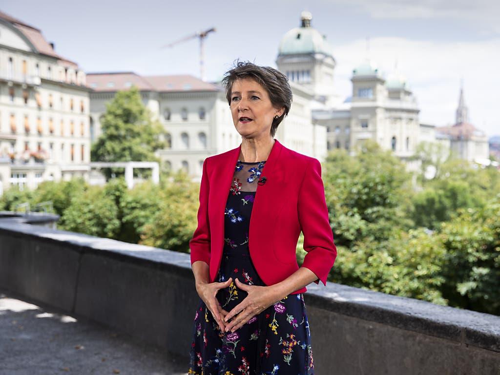 «Die Schweiz verhäbt», stellte Bundespräsidentin Simonetta Sommaruga in ihrer offiziellen Radio- und Fernsehansprache fest. Sie dankte der Bevölkerung für die Solidarität der letzten Monate.